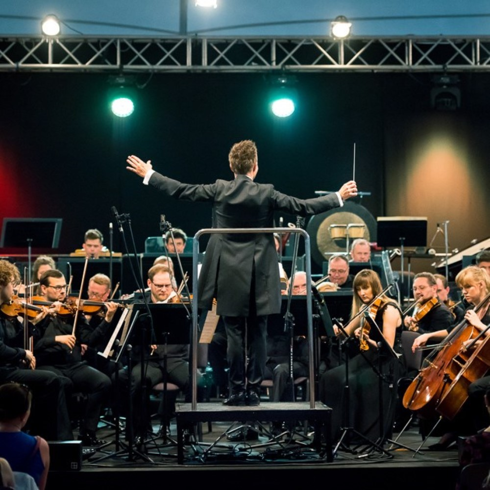 orkiestra z dyrygentem podczas koncertu