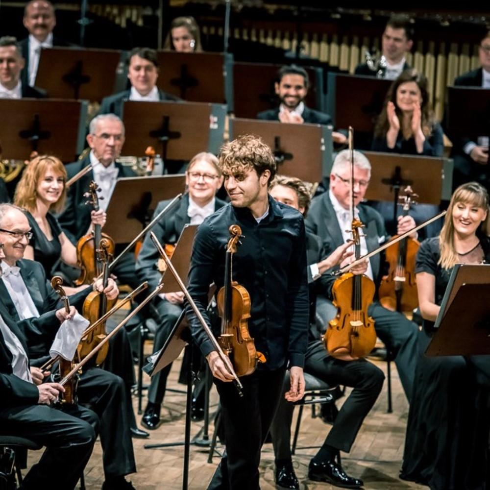 orkiestra oraz solista podczas owacji