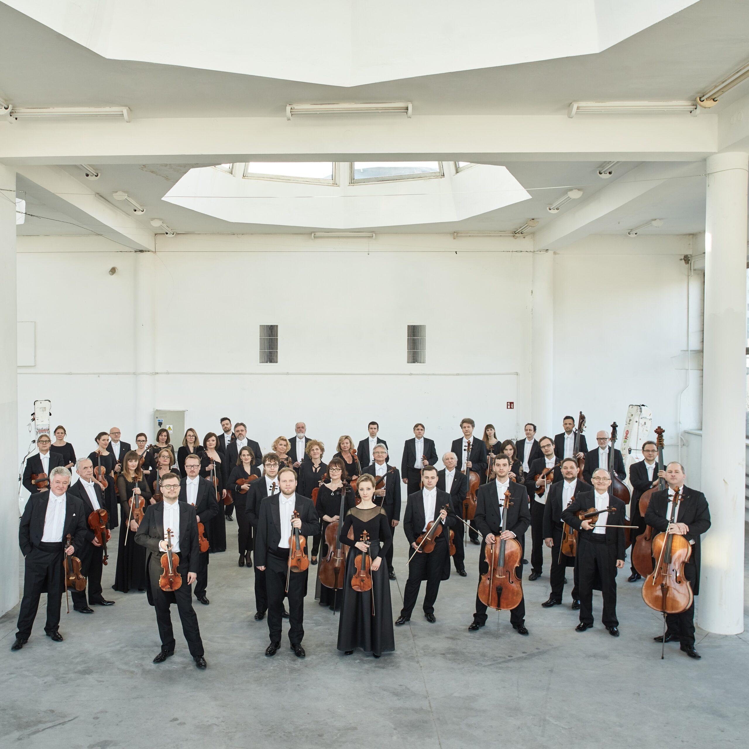 stojący muzycy z instrumentami