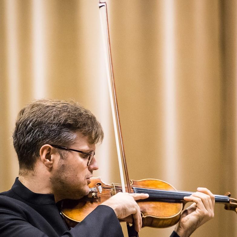 Zbliżenie na Jakuba Haufę, koncertmistrza Sinfonii Varsovii