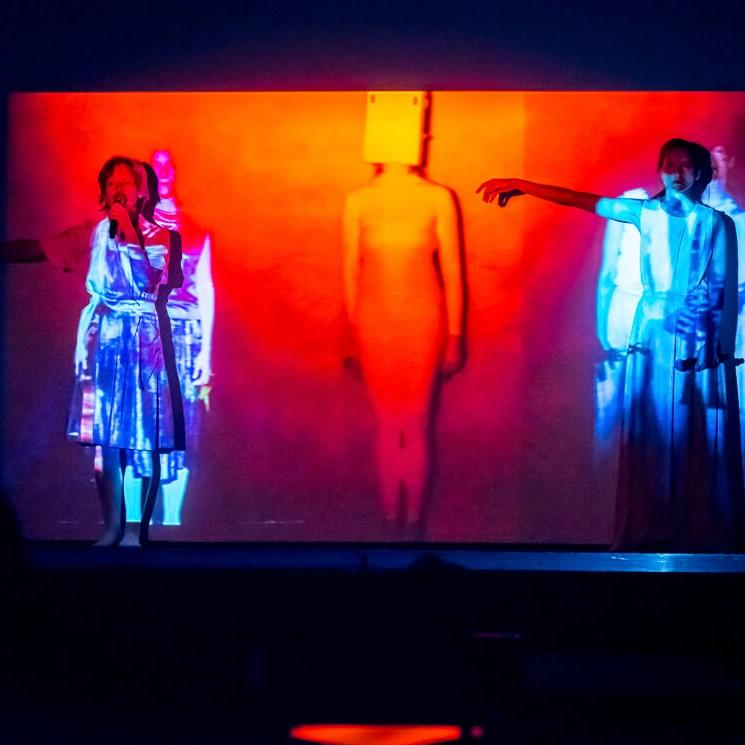 Artystki Ensemble Garage performują na tle ekranu