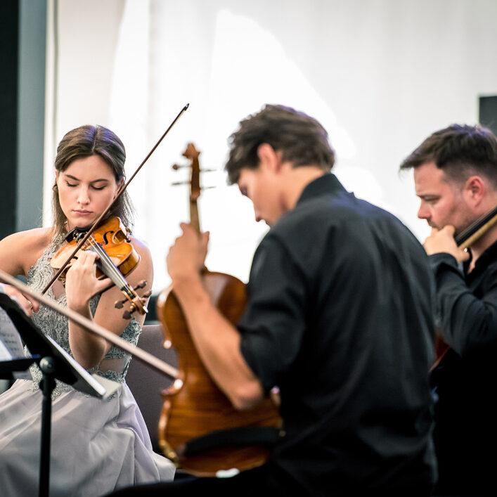 skrzypaczka, wiolonczelista i altowiolista w trakcie gry