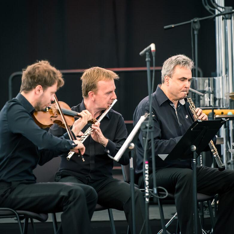 skrzypek, flecista i oboista w trakcie gry