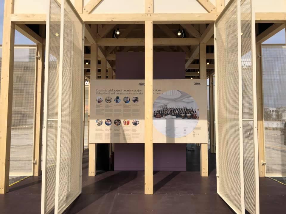 widok drewnianej konstrukcji wystawy