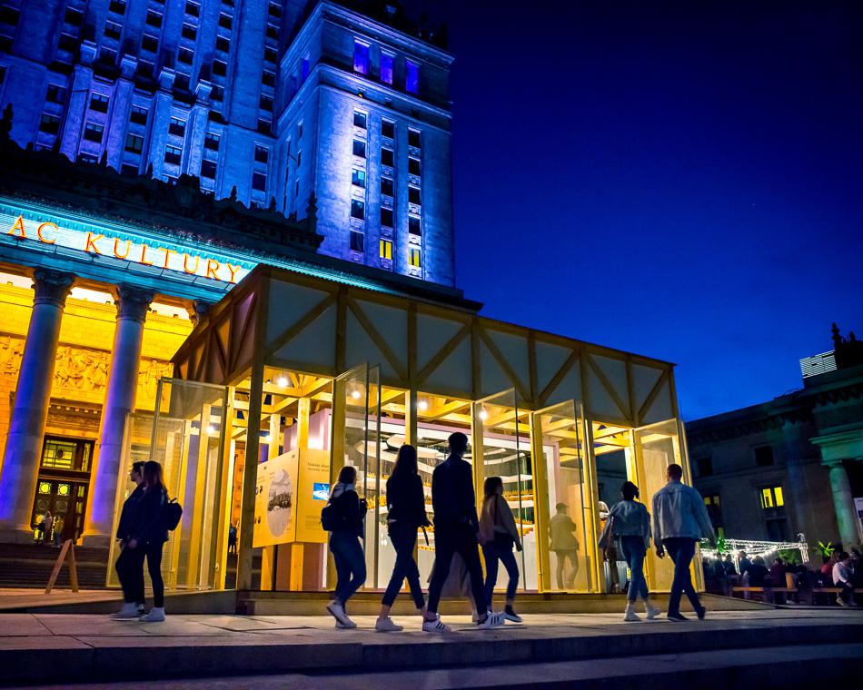zdjęcie przedstawiające widok wystawy plenerowej podPałacem Kultury wWarszawie